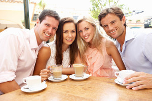 4 Kaffeetrinker an einem Tisch